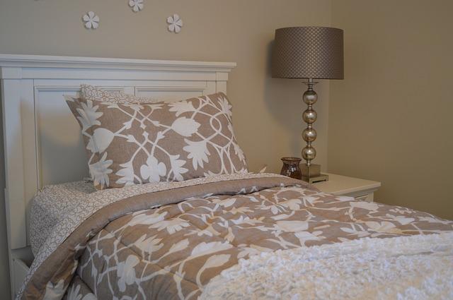 povlečená postel