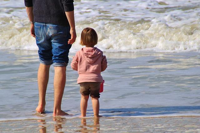 táta s dceruškou v moři