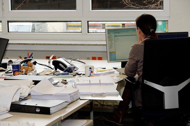 pracovnice v kanceláři