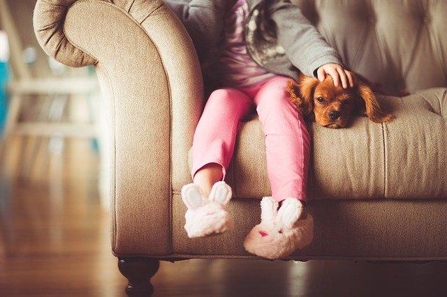 dívka se psem na pohovce