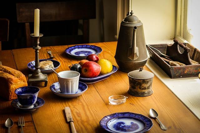 prostřený stůl v retro stylu