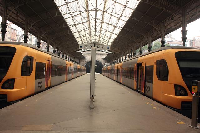 vlaky na nástupišti