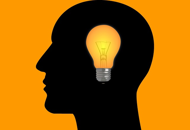žárovka v hlavě