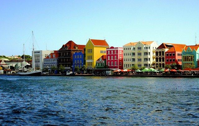 Holandské domečky na břehu karibského moře