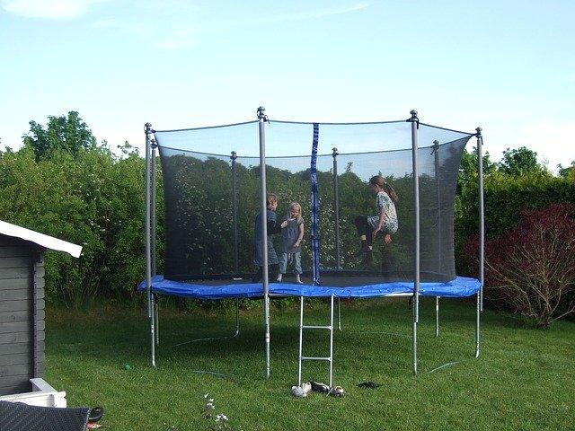 děti na trampolíně v zahradě