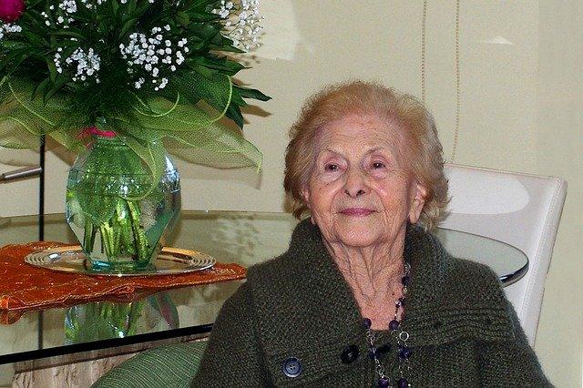 seniorka v domově důchodců
