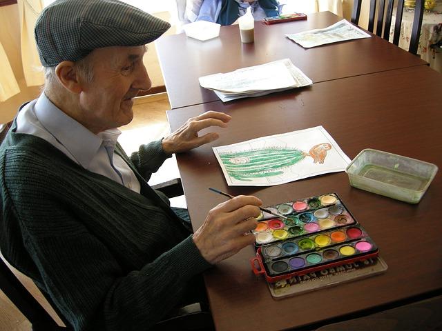 senior při malování