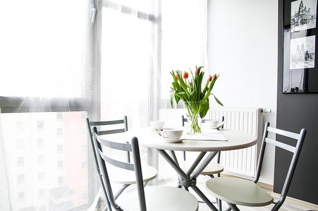 tulipány na stole