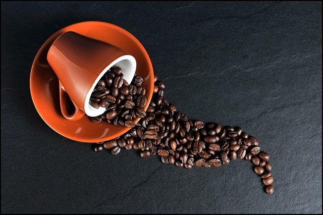 kávový šálek a zrna