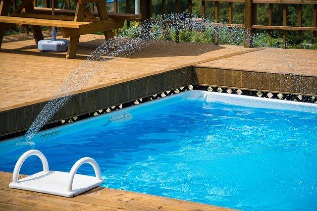 Se solární plachtou se budete v bazénu cítit jako doma