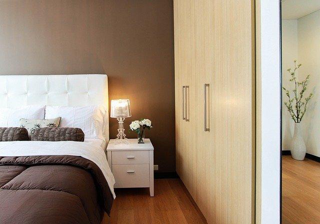 Půvabná, elegantní a přírodní ložnice s nábytkem z masivu borovice