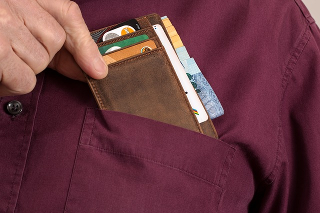 peněženka v kapse vínové košile
