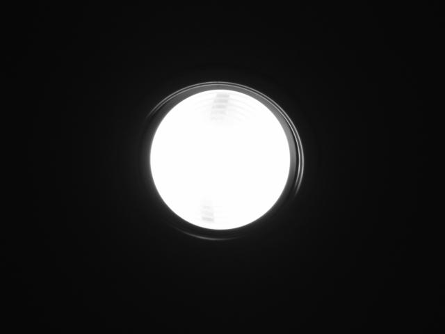 jedno svítící kulaté světlo