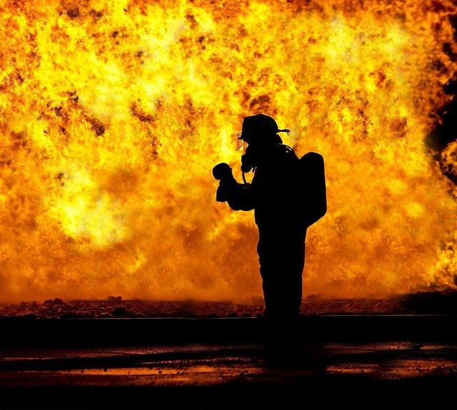 požárník před otevřeným plamenem