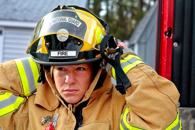 žena-hasička s požární helmou