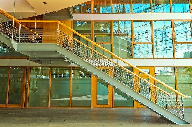 Neváhejte se dozvědět o výhodách samonosného schodiště