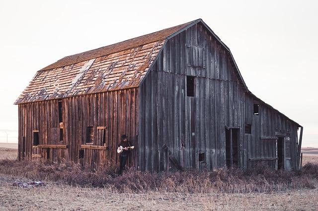 stará stodola uprostřed pole