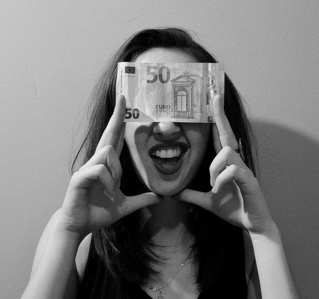 50 euro s úsměvem – čb fotka