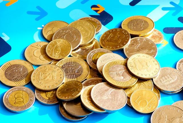 mince na modrém pozadí
