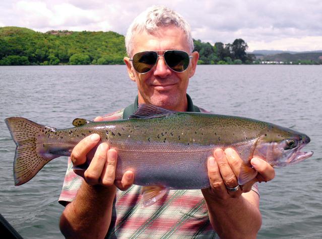 muž, který hrdě drží rybu.jpg