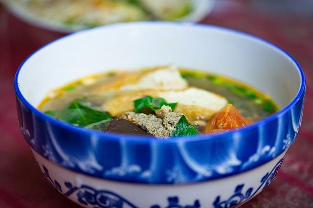 nudlová polévka v modro-bílé misce v restauraci