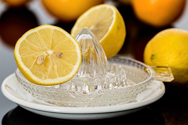 rozkrojený citron na misce.jpg