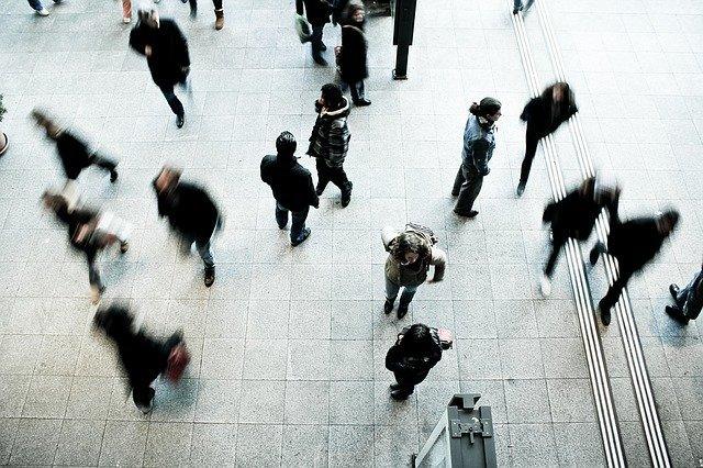 lidé procházející po ulici