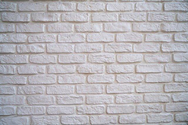 kus betonové zdi