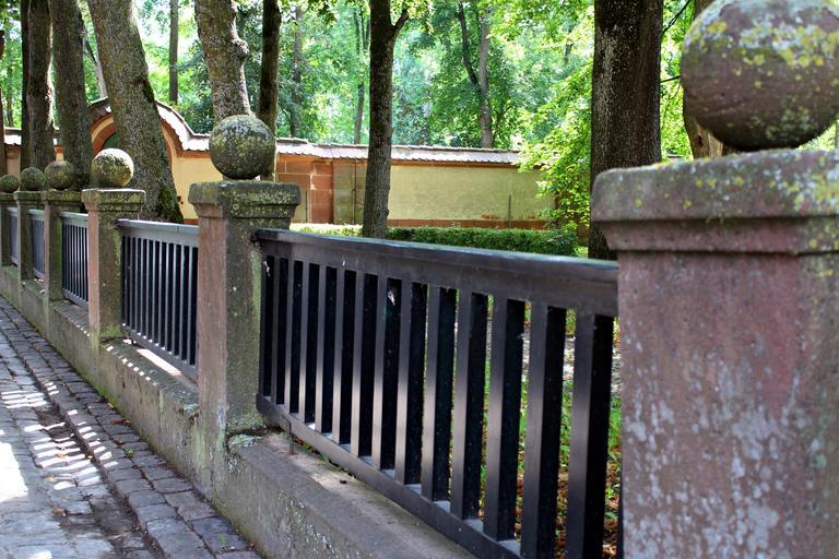 betonové prvky v historickém plotu