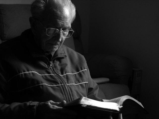 neúnavný čtenář v černobilém provedení v obývacím pokoji