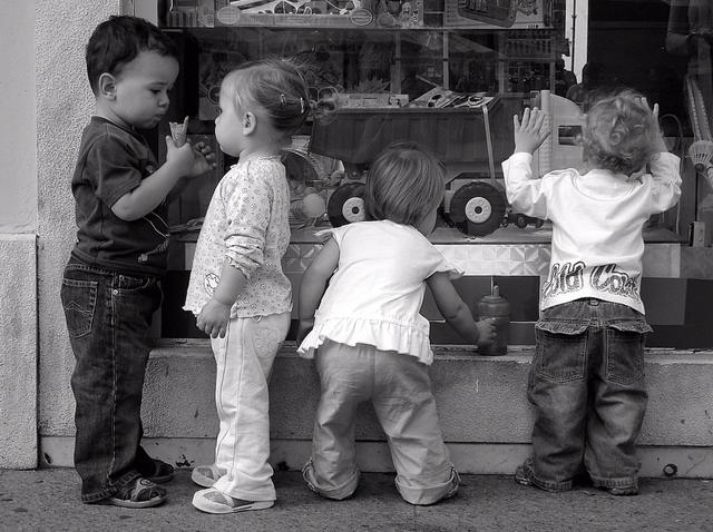 """opravdu malý dětský """"gang"""" před výlohou obchodu"""