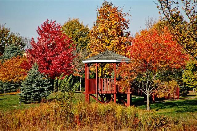 Altán v podzimní zahradě
