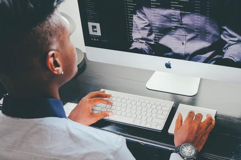 muž, který spravuje internetovou inzerci