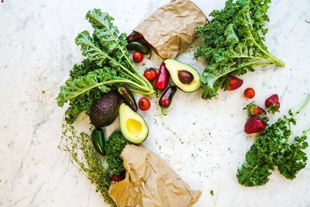 čerstvá zelenina, papírové pytlíky