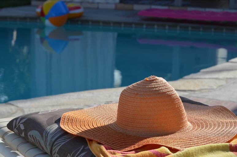 klobouk u bazénu